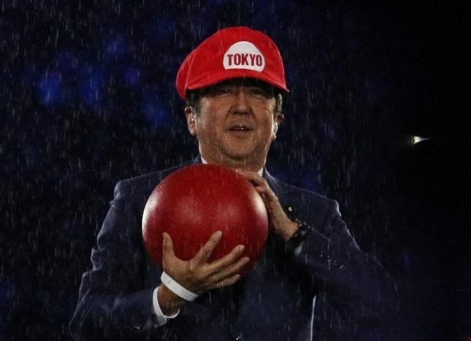 8月21日、リオデジャネイロのマラカナン競技場で行われた五輪閉会式に、安倍晋三首相が人気ゲームの「スーパーマリオ」の扮装(ふんそう)で登場し、2020年東京大会をアピールした(2016年 ロイター/Stoyan Nenov)