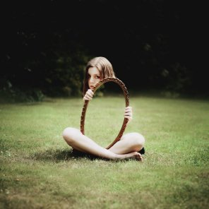 mujer y un reflejo imposible la hacen invisible