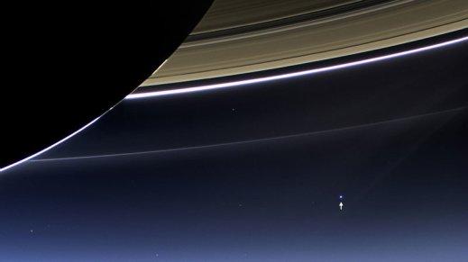 la tierra vista desde el lado oscuro de saturno