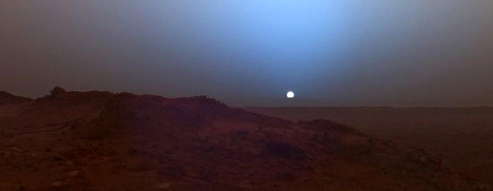 El 16 de mayo de 2005, el rover Spirit fotografió este azulado atardecer en la ladera del cráter Gusev.