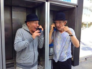 profesor-x-magneto-hablan-telefono-publico