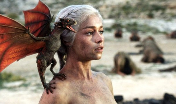 daenerys-targaryen-madre-dragones-game-of-thrones-dragon-recien-nacido
