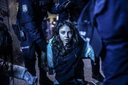 joven maltratada, llora durante las protestas en Turquía