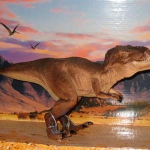 tiranosaurio-estatua-realista-con-diorama-1