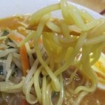 濃厚味噌スーブにもちちも感が維持される中太ちじれ麺は行列のできる店のラーメンこってり味噌(日清食品)