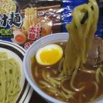 食べ応えとボリュームがあるもっちり太麺と魚介醤油で比較的あっさり風味のスープは本生つけ麺魚介醤油(シマダヤ)