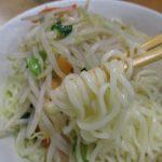 山芋の粉を練り込んだモチモチ麺と野菜の旨みと香辛料配合スープのサッポロ一番塩らーめん(サンヨー食品)