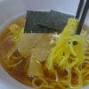 醤油ベースタレで表面を油が覆いきざみ玉ねぎが用いられる日清麺ニッポン八王子ラーメン(日清食品)