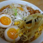 本生ラーメン味噌味(シマダヤ)は北海道きたほなみ由来の麺と3種類の味噌をブレンドしたさっぱり味のラーメン