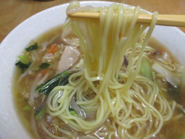 横浜あんかけラーメン生碼麺(あけぼの=マルハニチロ)は冷凍食品ながら野菜たっぷりの具ととろみスープに卵麺