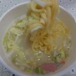 タテロングリンガーハットの長崎ちゃんぽん(エースコック)は太麺とポークベーススープに野菜や魚介も加わった