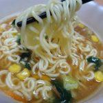 サッポロ一番みそラーメンどんぶり(サンヨー食品)は味噌と香味野菜と七味唐辛子など袋めんのおいしさ活かしたカップ麺