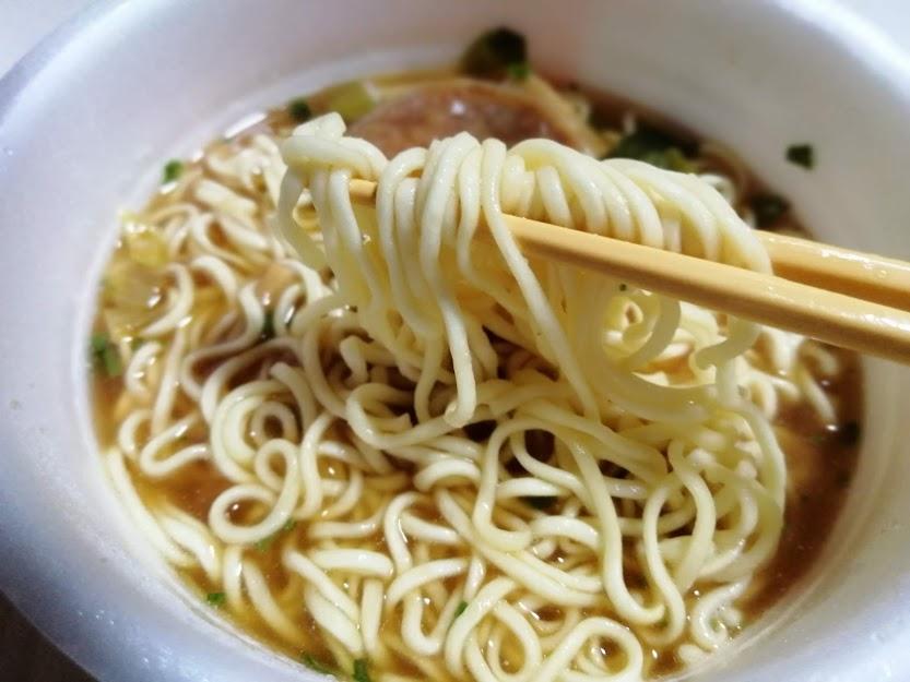明星チャルメラどんぶり東京貝だし中華そば、東京ラーメンのさっぱり感や魚介的な風味とチャーシューで構成されるカップ麺