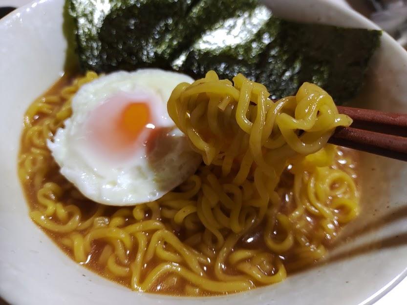 日清のラーメン屋さん札幌みそ(日清食品)は北海道醸造みそと生姜の風味がきいたコク旨スープと北海道産全粒粉入り麺が特長