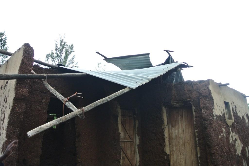 屋根 壊れた