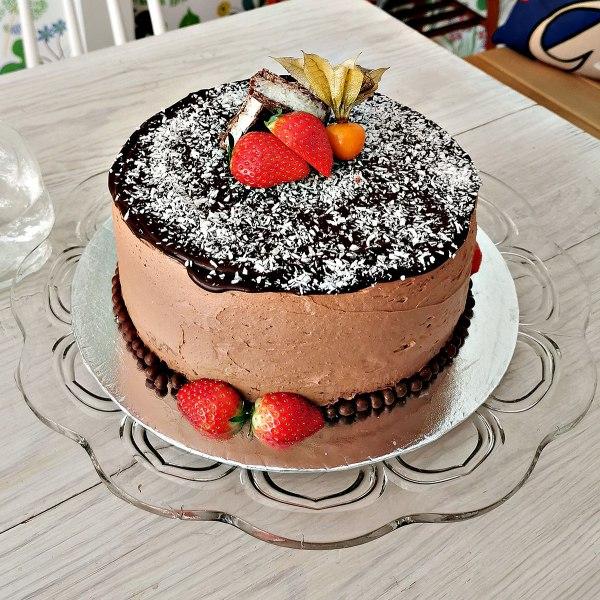 Bountytårta med bär och kokos på toppen