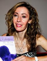 Fotografía de Mercedes Rodríguez Cervantes con su libro El destino de Lisa