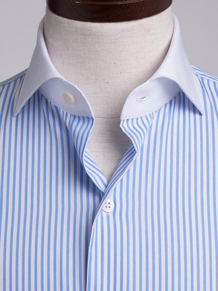 襟とカフス部分が白生地になっているクレリッシャツ、淡いブルーがさわやかなクレリックシャツ