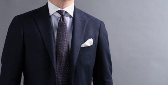 クレリックシャツコーディネート、ネイビーのジャケットにパープルのネクタイ
