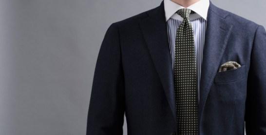クレリックシャツコーディネート、ネイビーのジャケットにグリーンのネクタイ