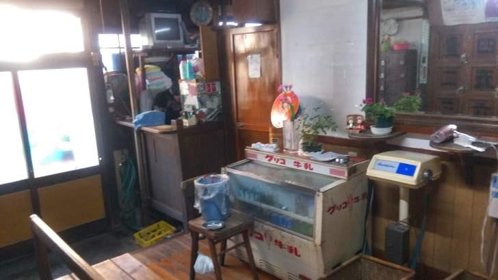 倉敷のレトロ銭湯、えびす湯の番台とアイスクリームの冷凍庫
