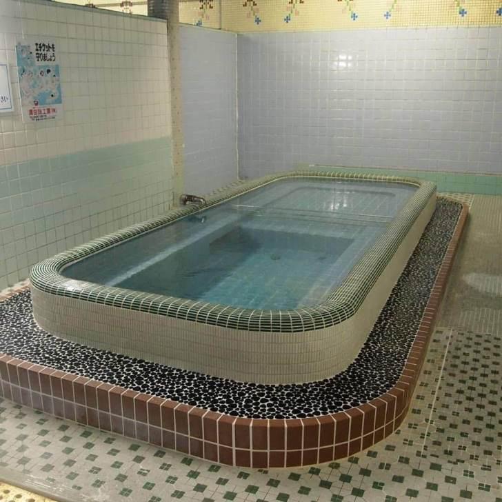 神戸市、和田岬の「笠松湯」は湯船が中央に1つの潔いレトロ銭湯