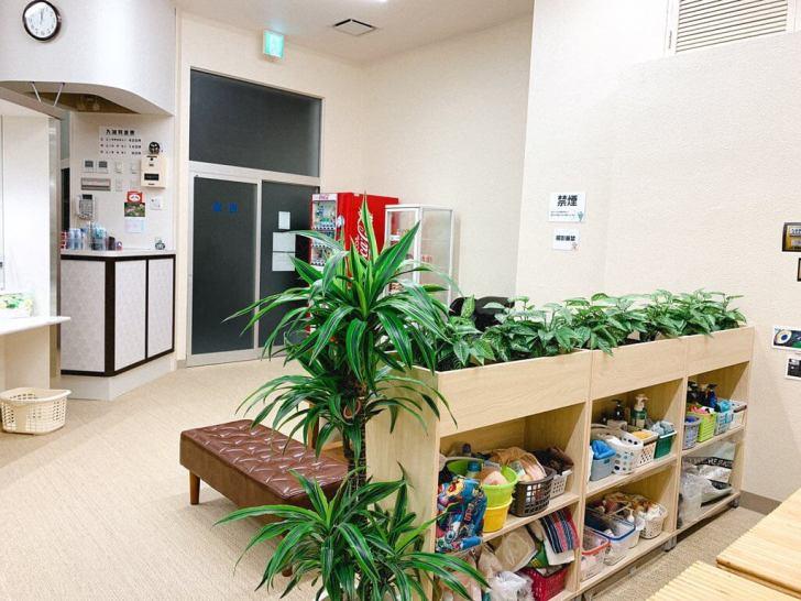 和歌山市幸福湯の番台周辺。淡い色使いが女性らしい。