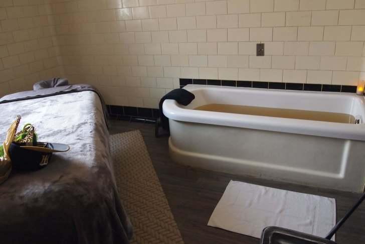 バスタブとエステ・マッサージ用のベッドだけのシンプルな部屋