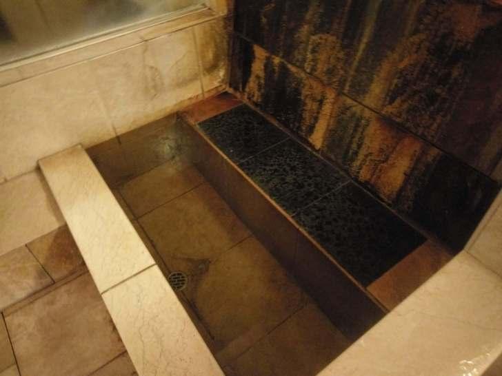 なぜか浴室に足湯コーナーがあるお茶目な一面