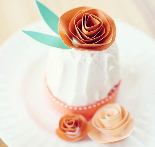 adorno de pastel de flores de papel