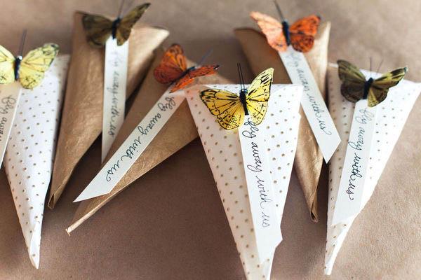 Conos de arroz de bricolaje con mariposas