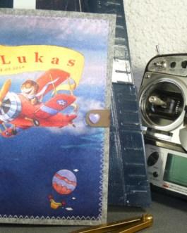 U-Heft Hülle mit Flugzeug am blauen Himmel