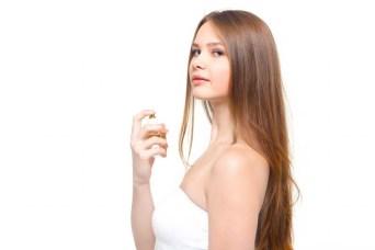 香水と少し挑発的な横目線の女性 [モデル:ディアナ]
