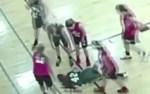 不運な事故?バスケットボールの試合中に転んで動けない選手