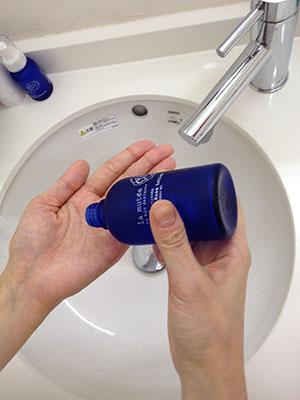ラミューテ化粧水を軽く取り出します