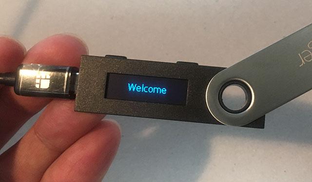 「Ledger Nano S」をUSBケーブルでPCに接続