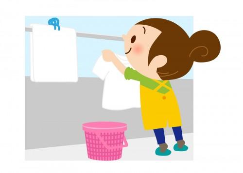 ベランダで洗濯物を干すお母さん
