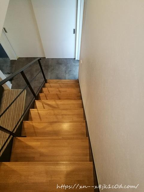 下から上を見た階段