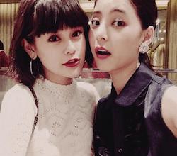 emma(左)と新木優子(右)