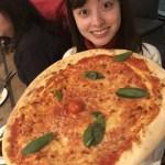 橋本環奈、大きなピザを持ったスマイルショット公開「環奈ちゃん顔小さい」