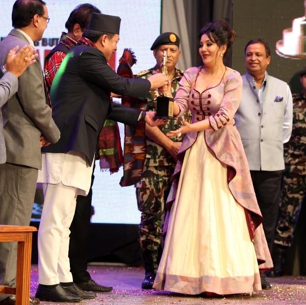 lg-films-award-2016-karishma-manandhar-awarded-with-popular-actress-award
