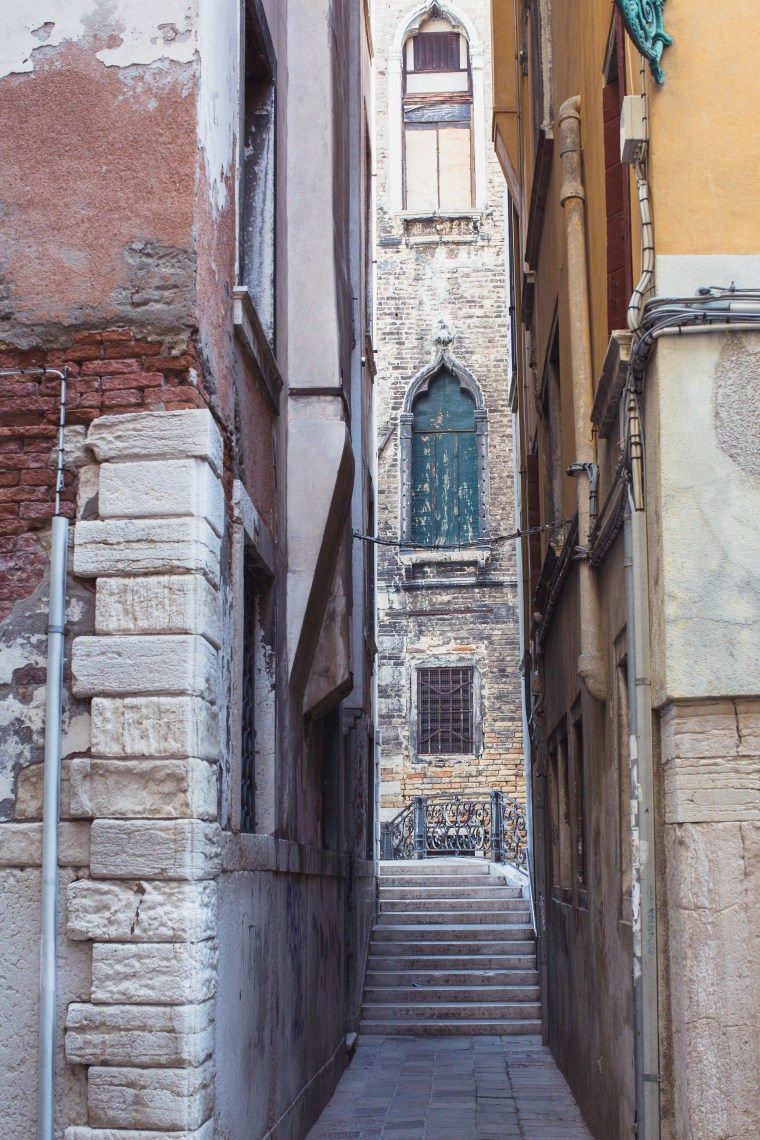 Venice narrow street window (1 of 1)