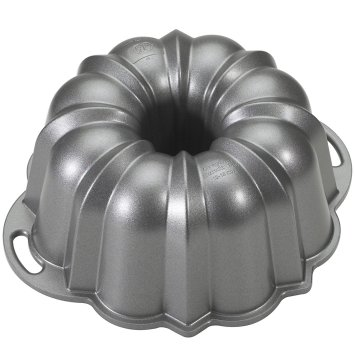 Holiday Gift Guide 2017: For the home baker. Easy to use Bundt Pan. It can be so difficult to shop for a home baker and I don't know where to start. But this guide is perfect! These tools and gift ideas are amazing! I love the cute necklace to the stand mixer gifts! They all work for someone who loves to bake! Saving for later!