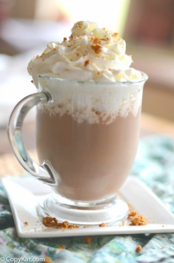 9 Delicious Hot CHocolate Recipes for Easy Entertaining: There is seriously nothing better than hot chocolate on a cold day! I really look forward to much cup of cocoa in front of a fire! I totally love that all these hot chocolate recipes are perfect for a holiday or Christmas party because you can use a crockpot for easy serving! The slow cooker makes it easy for entertaining! Pinning for later! Easy Hot Chocolate Recipes for Easy Entertaining