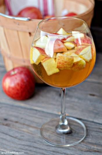 Caramel Apple Sangria | Fall Sangria Cocktails