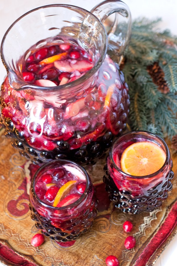 Christmas Sangria | Christmas Cocktails for a Crowd #christmascocktails #cocktailsforacrowd #christmasdrinkideas