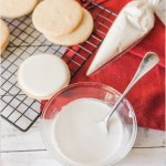 How to Make Royal Icing for Cookies and Cake: This is the BEST royal icing recipe! It is so easy with just 2 ingredients, I can make this anytime and I love that! I love this recipe because for bakers who love to decorate sugar cookies and cakes. Royal Icing is the best edible glue for cake decorating! For sure saving for later!