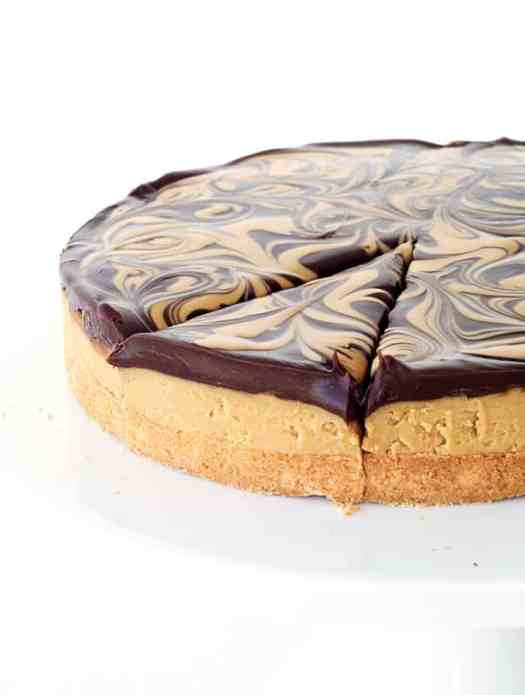 Chocolate Peanut Butter Tagalong Pie | Whether or not its Girl Scout Cookie season, these desserts are available all year round. Learn how to make dessert recipes inspired by your favorite Girl Scout Cookies. Turn the Girl Scout Cookies into pies, cheesecake or cupcakes. These GSC are super easy and totally craveable! Must check out! #xokatierosario #girlscoutcookies #girlscoutrecipes #girlscoutcopycat