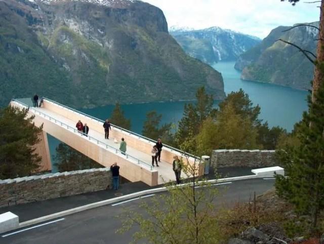 Mirador de diseño en los fiordos noruegos