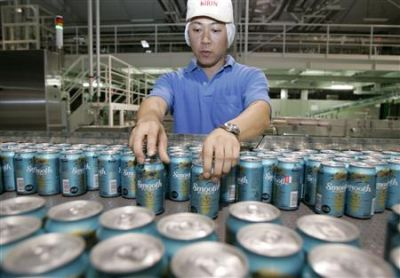 Japanese beer brewery worker (REUTERS/Yuriko Nakao)